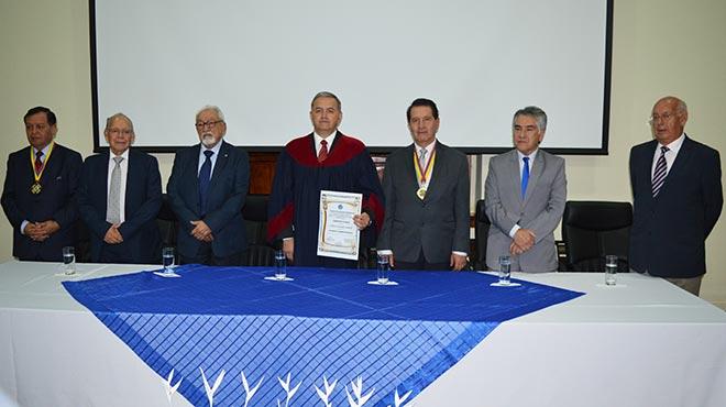 Fabricio Gonz�lez junto a 'acad�micos de n�mero' de la AEM.