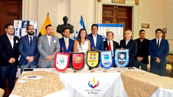 Ledy Zúñiga, SETED, junto a representantes de los equipos de fútbol.