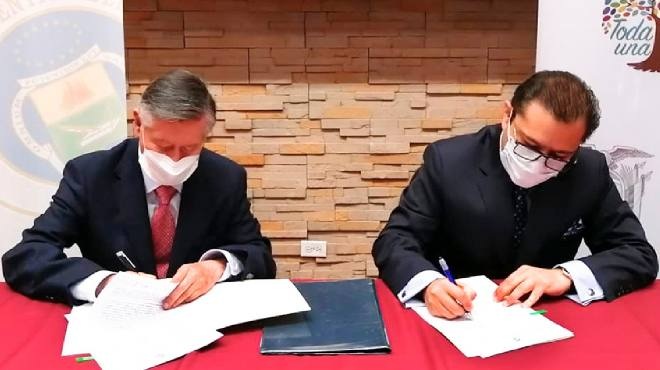Fernando Semp�rtegui y Mauro Falcon� firman convenio de cooperaci�n.