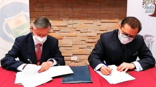 Fernando Semp�rtegui, rector de la UCE, y Mauro Falcon�, director ejecutivo de ARCSA.