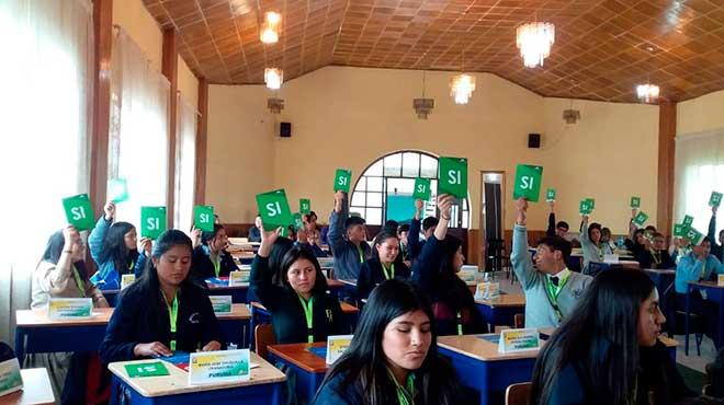 Estudiantes que participaron en el proyecto 'Asamblea en mi Colegio'.