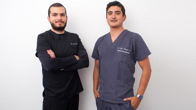 Carlos Cisneros, m�dico asistencial de traumatolog�a, y Robin Villegas, m�dico traumat�logo.