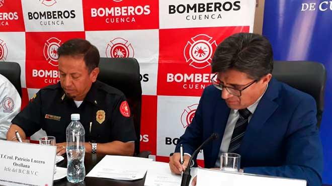 Teniente Coronel Jorge Lucero Orellana, jefe del BCBVC, y Pablo Vanegas, rector de la Universidad de Cuenca, firman convenio.