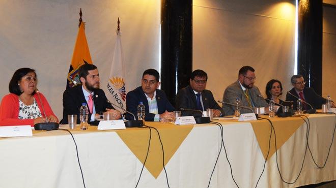 Alexandra Cabrera, Daniel Soto, �ngel Sinmaleza, William Garz�n, Fernando Yava, Amira Herdoiza y Carlos L�pez.
