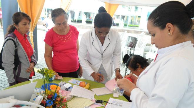 Personal del Hospital brinda información sobre le tuberculosis.