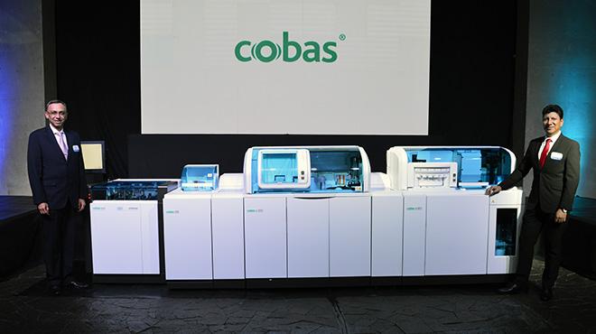 Oswaldo Rodr�guez y Gonzalo Arias, junto a la plataforma Cobas Pro.