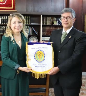 V�ctor �lvarez entrega el emblema del CMP.