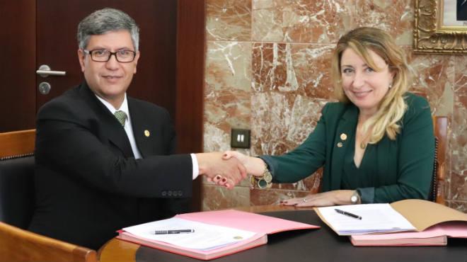 V�ctor �lvarez, presidente del Colegio de M�dicos de Pichincha y Mercedes Hurtado, presidenta del Colegio M�dico de Valencia.