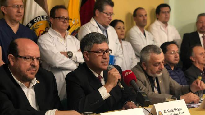 Representantes de la FME y CMP, junto a varios m�dicos de la ciudad de Quito.