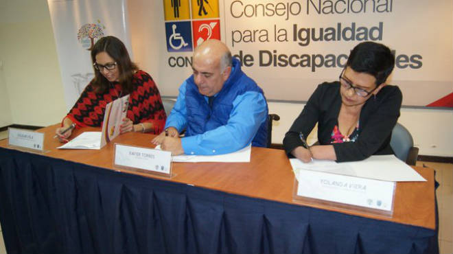 Soledad Vela, ministra subrogante del MIES, Xavier Torres, presidente del Conadis, y Yolanda Viera, vicepresidenta de la Fenedif, firman convenio de cooperaci�n interinstitucional por dos a�os.