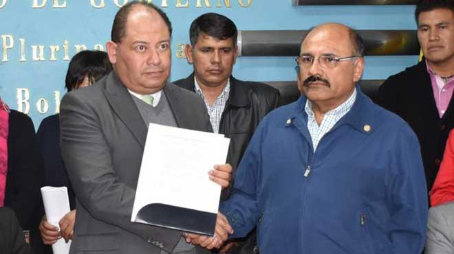 Carlos Romero, ministro de Gobierno, y An�bal Cruz, presidente el Colegio M�dico de Bolivia.