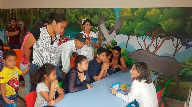 Especialistas del IESS Los Ceibos brindan informaci�n a los pacientes y sus familiares.