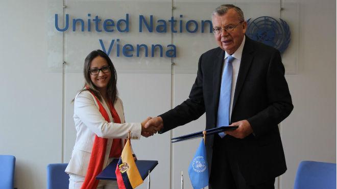 Ver�nica Espinosa, ministra de salud, y Yury Fedotov, director de UNODC.