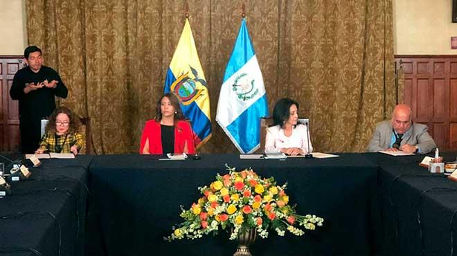 Xavier Torres y Rosa Aldana suscriben convenio de cooperaci�n, en presencia de las primeras damas de ambos pa�ses.