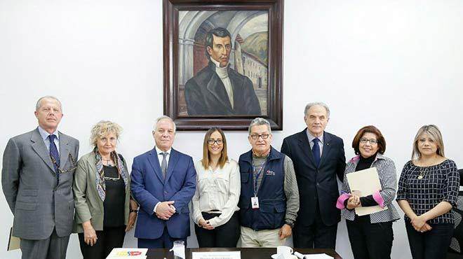 Ver�nica Espinosa, ministra de salud, junto a autoridades ecuatorianas e italianas.