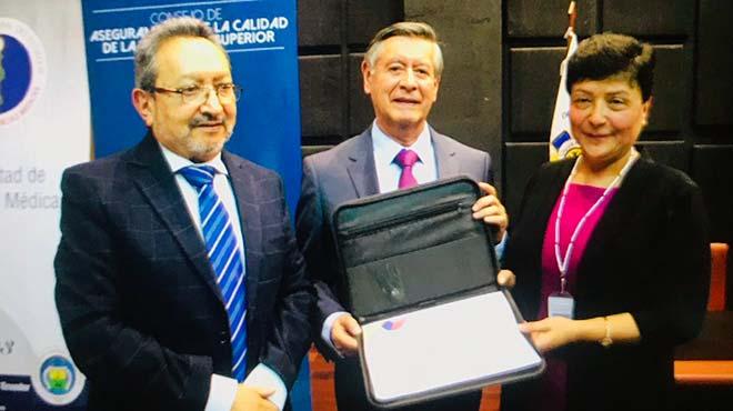 Gabriel Galarza L�pez, presidente del CACES, Fernando Semp�rtegui, rector de la UCE, y Jaquelinne Bonilla, subdecana de la Facultad de Ciencias M�dicas.