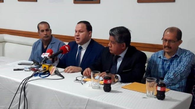 Juan Carlos Estrada, m�dico cirujano, Ernesto Carrasco, presidente de la FME, Washington Ladines, presidente del Colegio de M�dicos del Guayas, y Frank Alarc�n, paciente afectado.