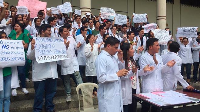 Estudiantes de la Universidad de Guayaquil realizan plant�n.