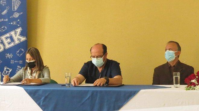 Nadia Rodr�guez, rectora de la UISEK, Santiago Carrasco, presidente de la FME, y Carlos C�rdenas, coordinador acad�mico de la FME.