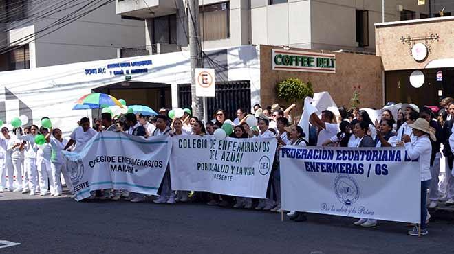 Enfermeras y enfermeros en plant�n frente al CES.
