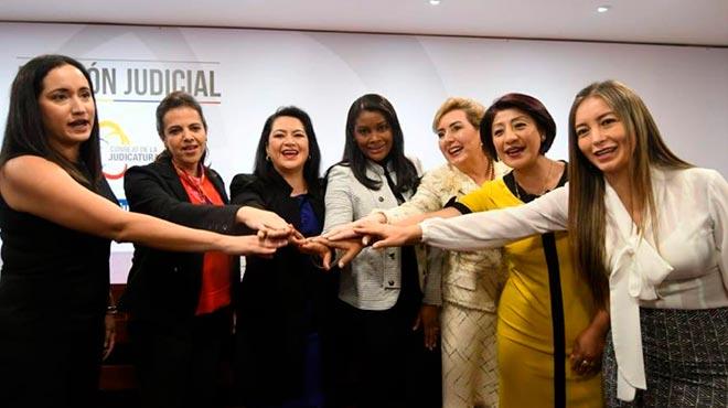 Diana Salazar junto a representantes de varias entidades p�blicas.