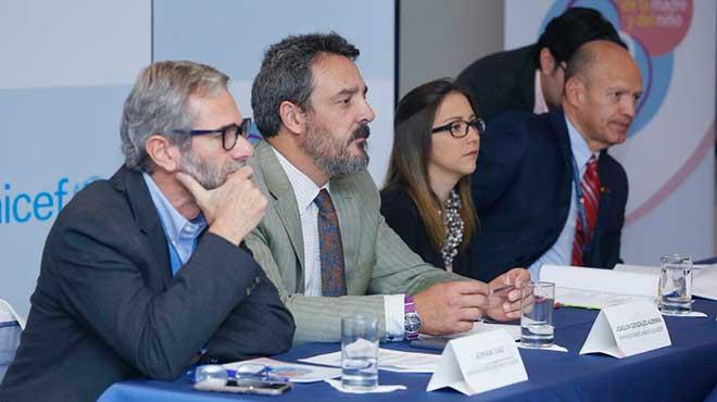 Adri�n D�az, asesor en Salud Familiar y Comunitaria de OPS en Ecuador, Joaqu�n Gonz�lez, representante de Unicef Ecuador, Ver�nica Espinosa, ministra de Salud, y Francisco Vallejo, director ejecutivo de ACESS.