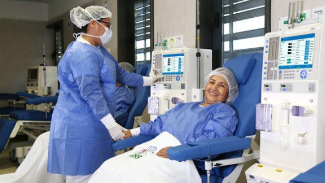 Enferemera mientras prepara a una paciente para la di�lisis.