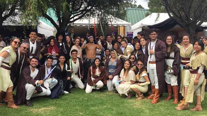 Docentes y estudiantes de la Escuela de Medicina de la USFQ.
