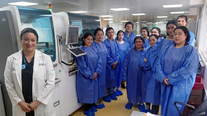 Profesionales de salud recorren el Laboratorio de An�lisis Cl�nico.
