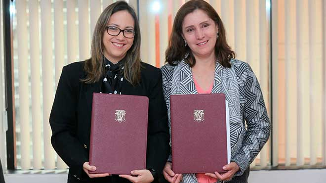 Ver�nica Espinosa, ministra de Salud P�blica, y Janet Cruz, directora de ChildFund en Ecuador.
