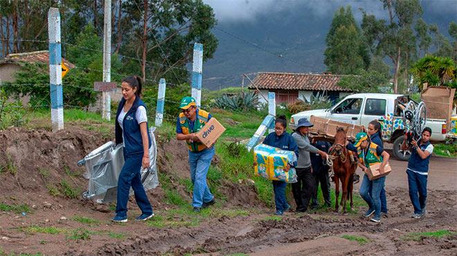 Miembros de Las Manuelas y M�dico del Barrio visitan parroquias de Azuay.
