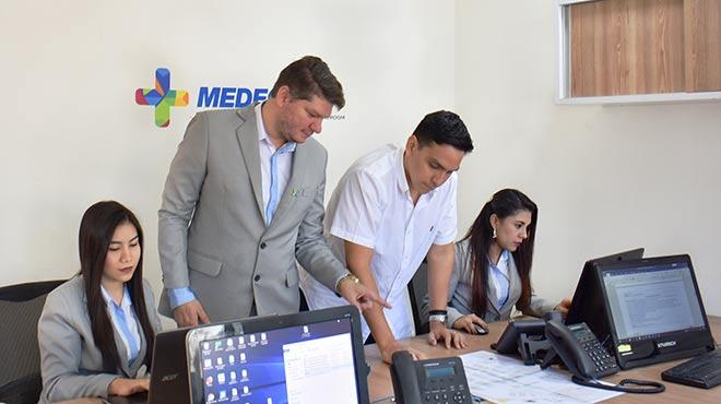 Bernardo Moreira, director de Medecu Show, (c) junto a su equipo de trabajo, durante la planificaci�n del evento.
