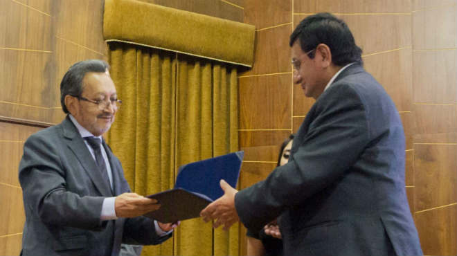 Gabriel Galarza, presidente del CACES, entrega certificado de acreditaci�n a Galo Naranjo, rector de la UTA.