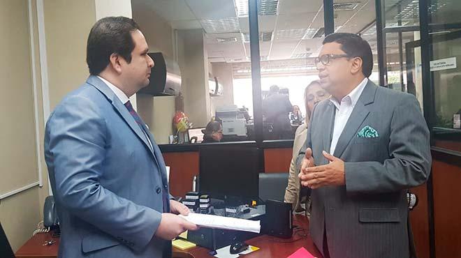 Michael Vera (derecha) entrega la denuncia en la Fiscal�a Provincial del Guayas.