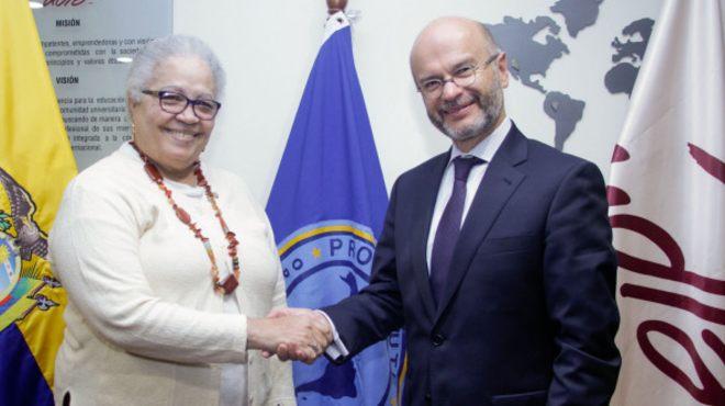 Gina Watson, representante de la OPS en Ecuador, y Carlos Larre�tegui, canciller de la UDLA.