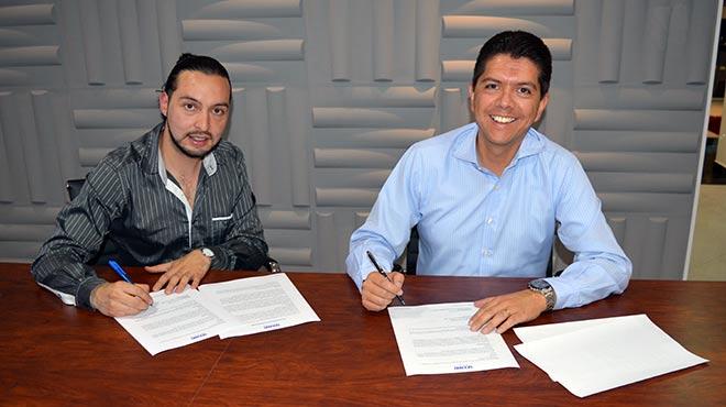 Felipe Alarc�n, presidente nacional de la FPSR, y Oswaldo Almeida, director general de Editorial Oc�ano de Ecuador, en la firma del convenio de cooperaci�n.
