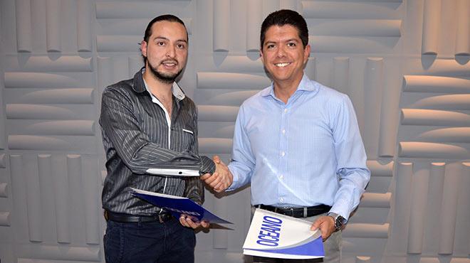 Felipe Alarc�n, presidente nacional de la FPSR, y Oswaldo Almeida, director general de Editorial Oc�ano de Ecuador.