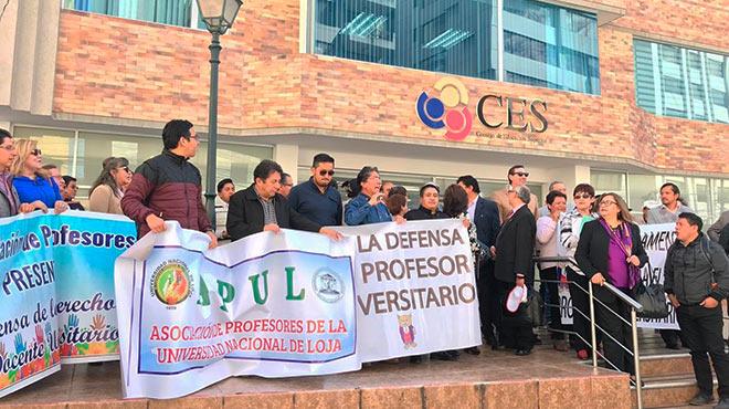Docentes universitarios realizan plant�n en las afueras del CES.