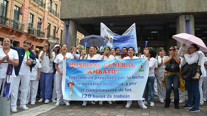Enfermeras y enfermeros del Hospital General de Ambato en la Plaza de la Independencia.
