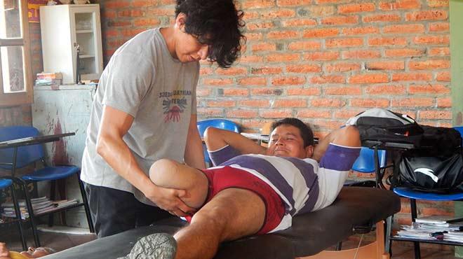 Paciente con discapacidad se beneficia de la atenci�n en Fisioterapia.