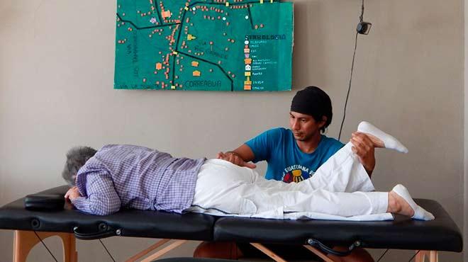 Fisioterapeuta dando atenci�n a persona de la tercera edad.