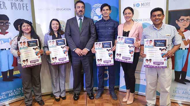 Joaqu�n Gonz�lez Alem�n, representante de Unicef en Ecuador, junto a varios ?Super Profes?.