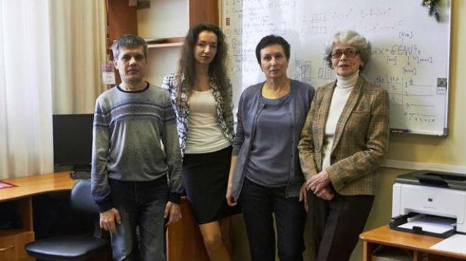 Tatiana Axen�vich (iquierda) y su grupo de investigadores.