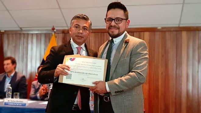 Jos� Delgado, gerente del HEJCA, recibe la acreditaci�n por parte de Mauricio Heredia, director ejecutivo del INDOT.