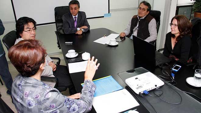 Autoridades de Justicia junto a investigadoras de la UIDE.