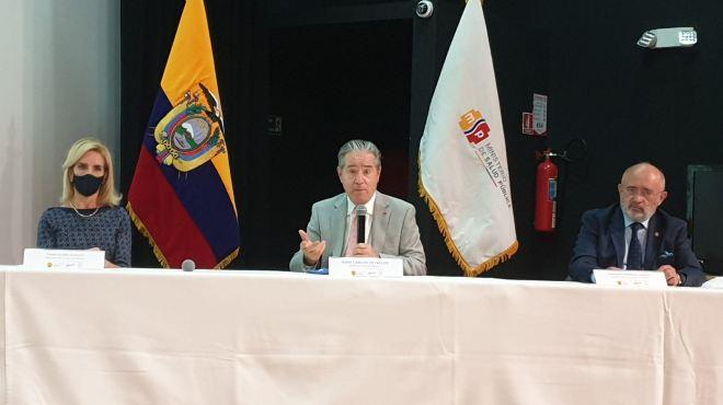 Mar�a Gloria Alarc�n, representante de la sociedad civil, Juan Carlos Zevallos, ministro de salud, y Fernando Espinoza, representante de la academia.