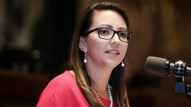 Ver�nica Espinosa exponiendo sus argumentos en el Pleno.