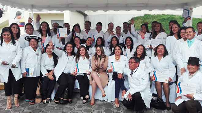 Ver�nica Espinosa, ministra de Salud, junto a posgradistas de Medicina Familiar y Comunitaria.