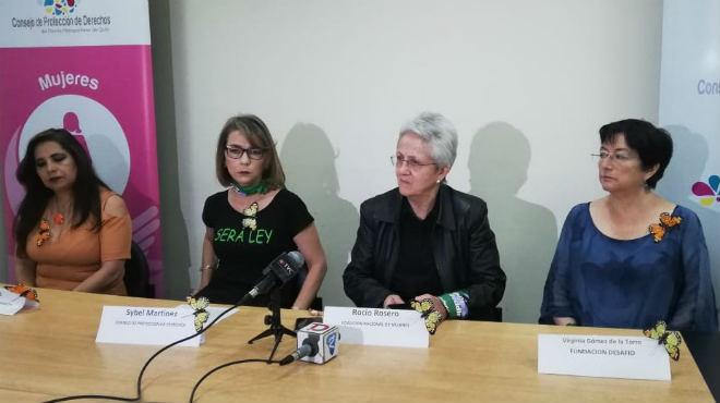 Myriam Auz, de Mujeres Con Voz, Sybel Mart�nez, del Consejo de Protecci�n de Derechos del Distrito Metropolitano de Quito, Roc�o Rosero, de la Coalici�n Nacional de Mujeres, y Virginia G�mez de la Torre, de Fundaci�n Desaf�o.