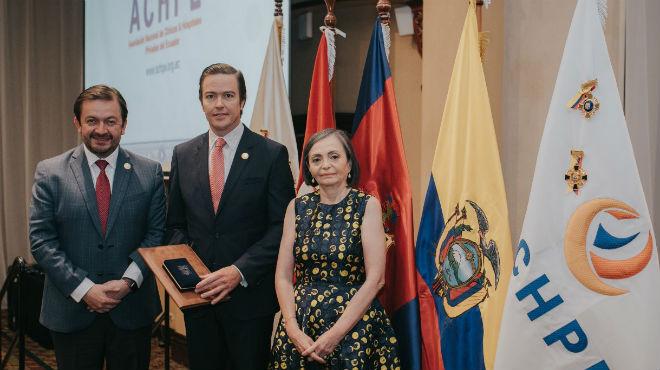 Fabricio Villamar, asamble�sta; Ra�l Alc�var Gonz�lez, presidente de ACHPE; y Ana Delgado Cede�o, directora ejecutiva de ACHPE.